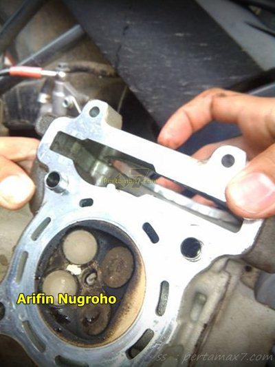 Wujud jerohan Mesin Yamaha New Vixion Setelah 34 ribu KM oli masuk ruang bakar 001 Pertamax7.com