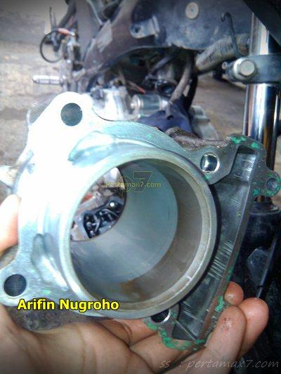 Wujud jerohan Mesin Yamaha New Vixion Setelah 34 ribu KM oli masuk ruang bakar 002 Pertamax7.com