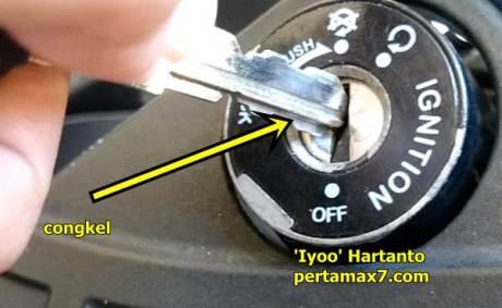 atasi tutup kunci kontak yamaha R25 hilang ternyata nyangkut