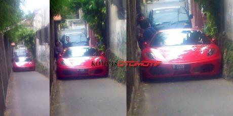 Ferrari F430 Nyangkut di Gang  jakarta