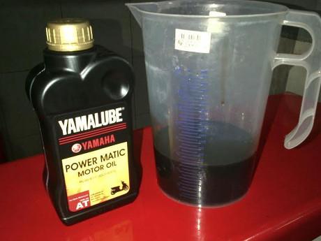 kondisi oli Yamalube Power Matic setelah di pakai 900 km sisa 650 ml