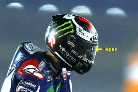 lorenzo gagal menang di motogp qatar 2015 karena busa helm lepas