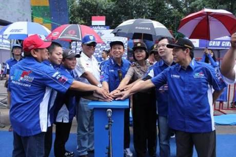 Manajemen Yamaha Indonesia, Bupati Banyumas Ir Haji Ahmad Husein, sponsor, IMI Kabupaten Banyumas dalam opening 25 Tahun YCR di Purwokerto