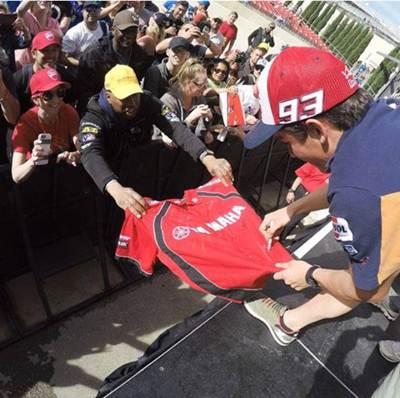 marquez kasih tanda tangan fans yamaha