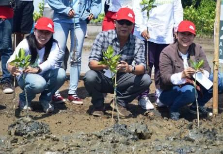 AHM 01 : (kiri) PR Manager AHM Rina Listiani bersama (kanan) Wakil Kepala BPLHD Provinsi Jawa Barat Noch Djumhana Kartawidjaja melakukan penanaman mangrove di desa Pantai Bahagia Muara Gembong (25/4). Memperingati Hari Bumi 2015, AHM bersama ratusan Sahabat Satu Hati melakukan aksi penanaman 1.000 pohon mangrove sebagai upaya perusahaan dalam menjaga kelestarian lingkungan