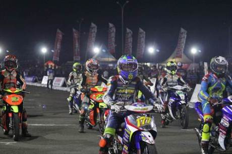Race malam Seri ke-7 Yamaha Cup Race 2014 di sirkuit area Trans Studio Makassar