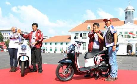 (kedua kiri) Direktur Marketing AHM Margono Tanuwijaya bersama dengan (kedua kanan) Direktur Marketing AHM Koichi Mizuno didampingi oleh riders peserta turing Honda Smart Adventure memperkenalkan sepeda motor skutik terbaru Honda Scoopy eSP di Kota Tua, Jakarta (28/5). Sepeda motor skutik terbaru Honda, Scoopy eSP akan ikut serta dalam turing Honda Smart Adventure menaklukan jarak sekitar 2.400 km untuk mengangkat pariwisata terbaik di tiga pulau tersebut.