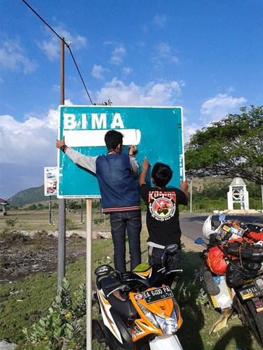 Aksi Komunitas Motor Box Indonesia bersihkan Papan Petunjuk Jalan dari Stiker Klub Motor ini Positif, Lanjutkan 02 pertamax7.com