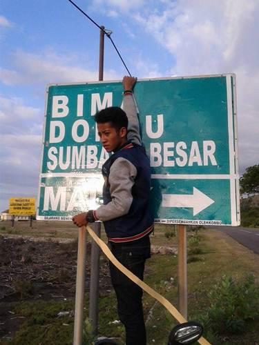 Aksi Komunitas Motor Box Indonesia bersihkan Papan Petunjuk Jalan dari Stiker Klub Motor ini Positif, Lanjutkan 05 pertamax7.com