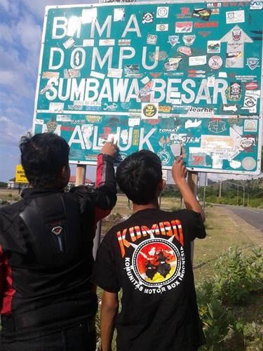 Aksi Komunitas Motor Box Indonesia bersihkan Papan Petunjuk Jalan dari Stiker Klub Motor ini Positif, Lanjutkan 06 pertamax7.com