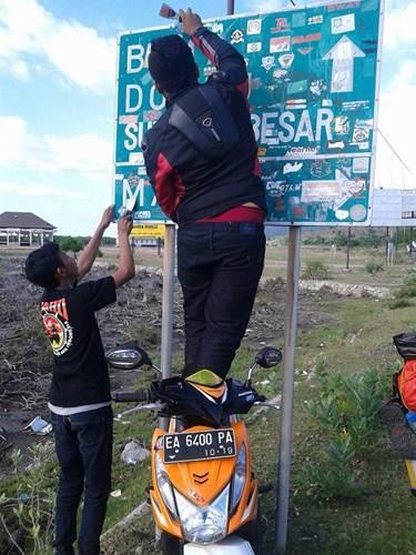 Aksi Komunitas Motor Box Indonesia bersihkan Papan Petunjuk Jalan dari Stiker Klub Motor ini Positif, Lanjutkan 08 pertamax7.com
