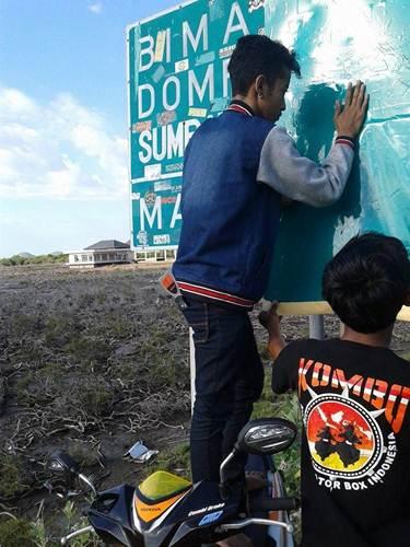 Aksi Komunitas Motor Box Indonesia bersihkan Papan Petunjuk Jalan dari Stiker Klub Motor ini Positif, Lanjutkan 09 pertamax7.com
