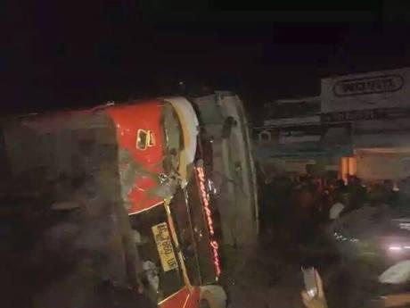 Bus Harapan Jaya terobos lampu merah Tabrak Motor , Hancur di Hakimi masa 01Pertamax7.com