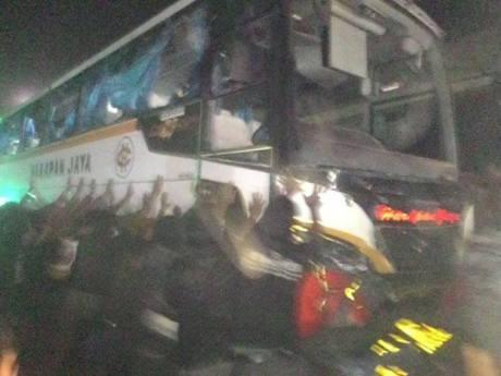 Bus Harapan Jaya terobos lampu merah Tabrak Motor , Hancur di Hakimi masa 02Pertamax7.com
