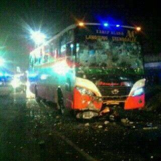 Bus Harapan Jaya terobos lampu merah Tabrak Motor , Hancur di Hakimi masa 04Pertamax7.com