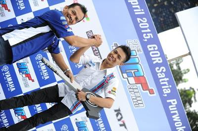 Dikki Ersa (Yamaha Yamalube NHK IRC Nissin NGK Bahtera R.T) juara umum kelas Pemula seri 1 Yamaha Cup Race 2015 di GOR Satria Purwokerto
