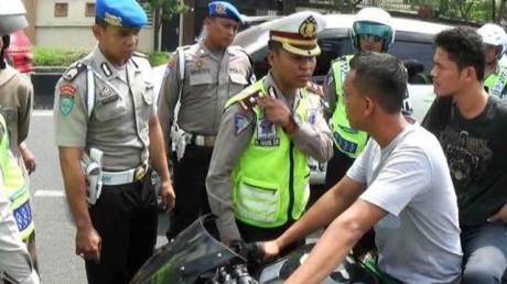 kopral tni tidak pakai helm marah-marah kala mau ditilang polisi 1
