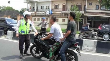 kopral tni tidak pakai helm marah-marah kala mau ditilang polisi