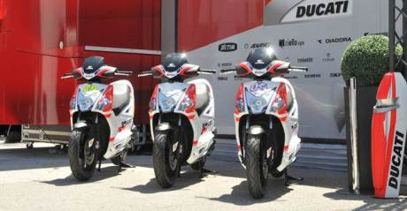 Kymco Agility R16 50 4T + become official scooter supplier to Ducati Corse in 2015 MotoGP and Superbike World Championships