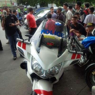 moge Honda ST1300 rocky-hendramen-memakai-atribut-polisi-untuk-terobos-busway