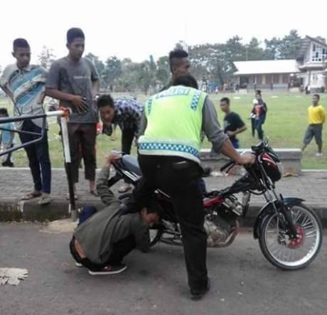 polisi geber knalpot blombongan di telingan pemilik motor 1