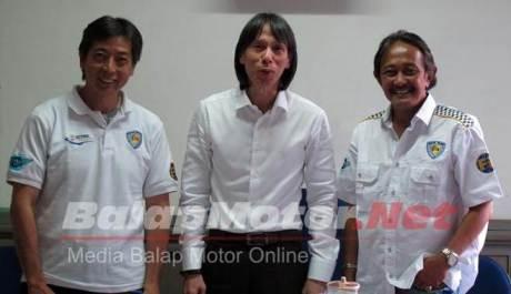 ( dari kiri ) Frans Tanujaya, Robert, dan Donny P