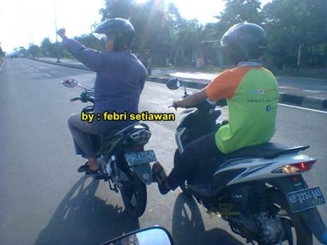 rider yamaha R15 bantu step jupiter z yang mogok karena kehabisan oli 1