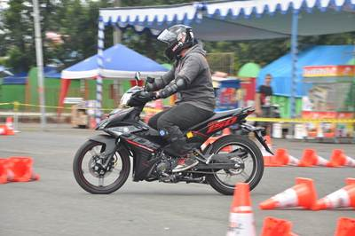 Test ride pengunjung seri 1 Yamaha Cup Race di GOR Satria Purwokerto