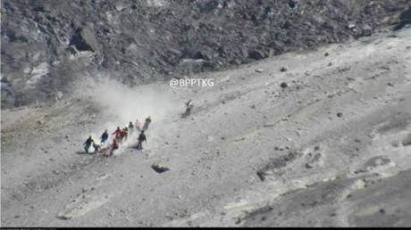 tim SAR evakuasi jenazah pendaki dari kawah merapi 01 pertamax7.com