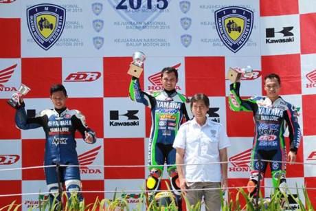 Yamaha YZF-R25 sapu bersih podium Seri 1 Kejurnas Kelas 250 cc - kiri ke kanan Wilman Hammar - Hendriansyah - Irwan Ardiyansyah