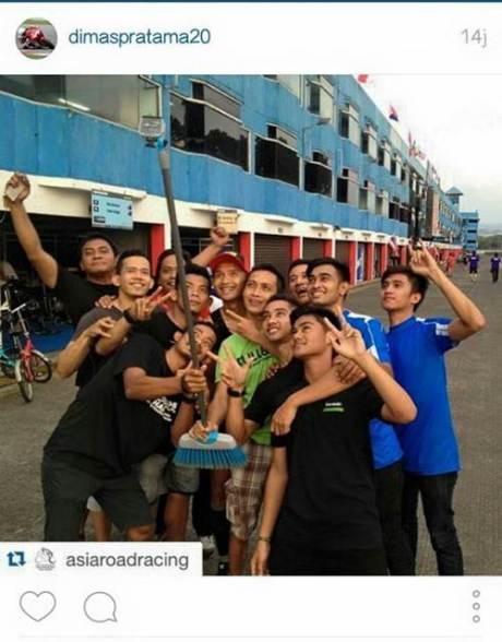 dimas ekky berpose bersama pebalap asia road racing 2015 di sentul