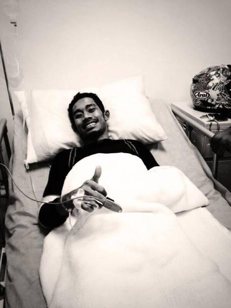 m fadli tersenyum setelah operasi crash sepang moto2 2013