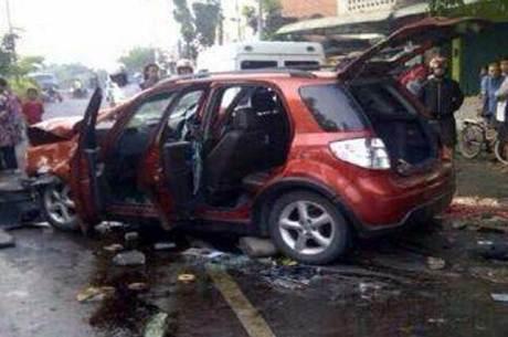mobil aditya DJ itu hancur setelah di keroyok pebalap liar