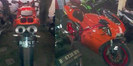 Pemotor Ducati Serempet Polisi di JLNT mencoba kabur di hadang Warga, tak bisa menunjukkan STNK 2
