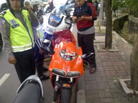Pemotor Ducati Serempet Polisi di JLNT mencoba kabur di hadang Warga, tak bisa menunjukkan STNK