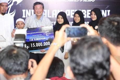 PT Yamaha Indonesia Motor Manufacturing memberikan santunan uang tunai dan peralatan tulis untuk panti asuhan Yayasan Khazanah Kebajikan (tampak Minoru Morimoto Vice President PT YIMM)