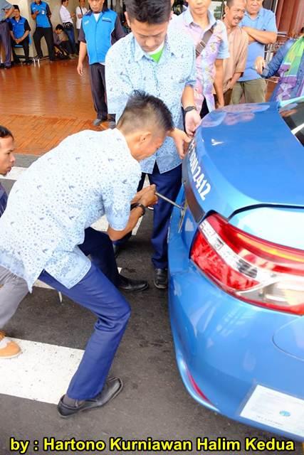 Aksi Heroik Sopir Taxi Blue Bird Selamatkan Koper Penumpang di bagasi yang Macet bersama Ibu Srikandi Penolong 00 pertamax7.com