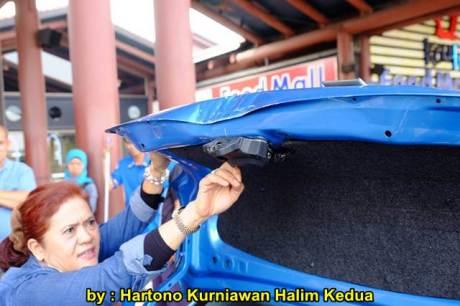 Aksi Heroik Sopir Taxi Blue Bird Selamatkan Koper Penumpang di bagasi yang Macet bersama Ibu Srikandi Penolong 02 pertamax7.com