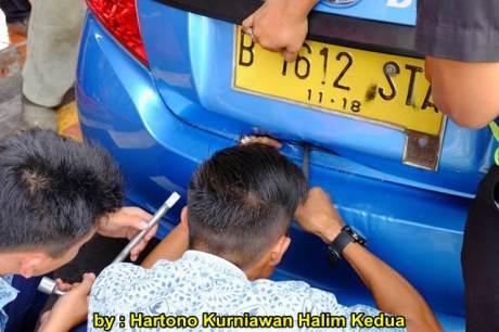 Aksi Heroik Sopir Taxi Blue Bird Selamatkan Koper Penumpang di bagasi yang Macet bersama Ibu Srikandi Penolong 03 pertamax7.com