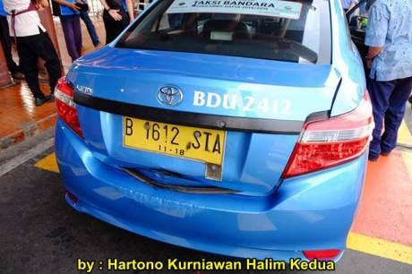 Aksi Heroik Sopir Taxi Blue Bird Selamatkan Koper Penumpang di bagasi yang Macet bersama Ibu Srikandi Penolong 06 pertamax7.com