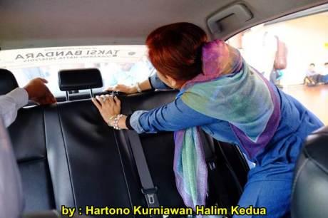Aksi Heroik Sopir Taxi Blue Bird Selamatkan Koper Penumpang di bagasi yang Macet bersama Ibu Srikandi Penolong 07 pertamax7.com