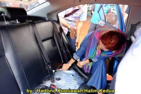 Aksi Heroik Sopir Taxi Blue Bird Selamatkan Koper Penumpang di bagasi yang Macet bersama Ibu Srikandi Penolong 11 pertamax7.com