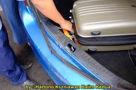 Aksi Heroik Sopir Taxi Blue Bird Selamatkan Koper Penumpang di bagasi yang Macet bersama Ibu Srikandi Penolong 15 pertamax7.com