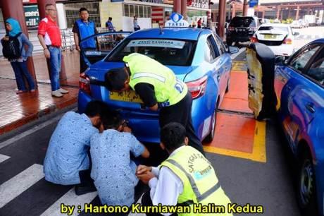 Aksi Heroik Sopir Taxi Blue Bird Selamatkan Koper Penumpang di bagasi yang Macet bersama Ibu Srikandi Penolong 17 pertamax7.com