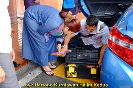 Aksi Heroik Sopir Taxi Blue Bird Selamatkan Koper Penumpang di bagasi yang Macet bersama Ibu Srikandi Penolong 20 pertamax7.com