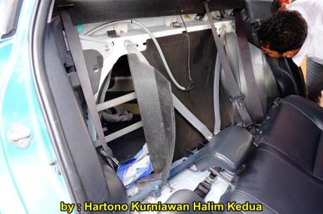 Aksi Heroik Sopir Taxi Blue Bird Selamatkan Koper Penumpang di bagasi yang Macet bersama Ibu Srikandi Penolong 21 pertamax7.com