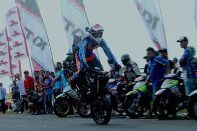 Atraksi Freestyler Wawan Tembong di sesi entertainment Yamaha Cup Race seri ke 4 di sirkuit Gunung Peusar Tasikmalaya