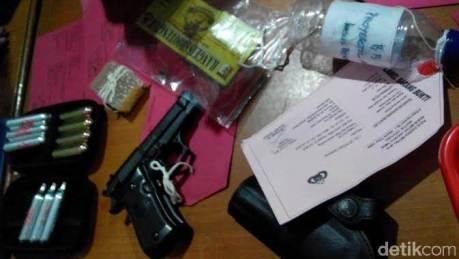 barang bukti air gun baretta M84 yang digunakan untuk menembak daihatsu xenia di jalan tol jorr