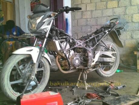 Dimuati Sayur lebih dari 200 KG, Rangka Tralis Honda CB150R patah di Papua 01 pertamax7.com