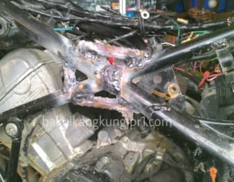 Dimuati Sayur lebih dari 200 KG, Rangka Tralis Honda CB150R patah di Papua 02 pertamax7.com